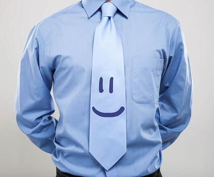 mavi gömlekli guler yuzlu kravat takan iş adamı